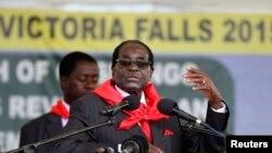 ປະທານາທິບໍດີRobert Mugabe ກ່າວຖະແຫລງຕໍ່ ປະຊາຊົນທີ່ໄປເຕົ້າໂຮມກັນ ເພື່ອສະເຫລີມສະຫລອງວັນຄ້າຍວັນເກີດ 91 ປີ ຂອງທ່ານ ຢູ່ທີ່ Victoria Falls, ວັນທີ 28 ກຸມພາ 2015.