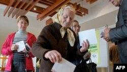 Cử tri đi bầu tại một phòng phiếu ở Jaunmarupe, Latvia, ngày 17 tháng 9, 2011