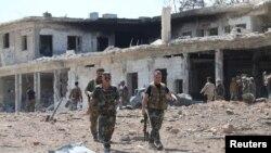 نیروهای وفادار به بشار اسد پس از تصرف یک پایگاه نظامی در جنوب غرب شهر حلب در روز یکشنبه - ۱۵ شهریور ۱۳۹۵