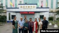 隋牧青(左3)、黄琦母亲(左4)以及网友到看守所存钱