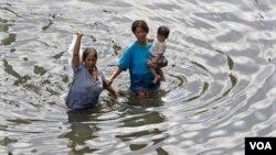 Rezidan Bangkòk kap eseye zòn nan (AP Photo/Sakchai Lalit)