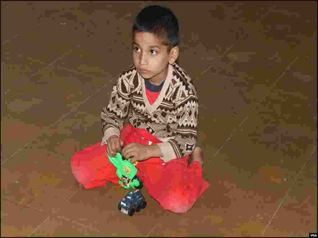 کراچی:چھ بچوں کی عمریں آٹھ ماہ سے 7 سال تک کے درمیان ہے جو والدین کو یاد کررہے ہیں