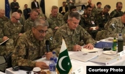 Pakistan army chief General Qamar Javed Bajwa (L) and Commadner of U.S. and Resolute Support military mission General John Nicholson attending the security conference in Kabul, Feb. 13, 2018. (Courtesy Pakistan army media wing, ISPR)