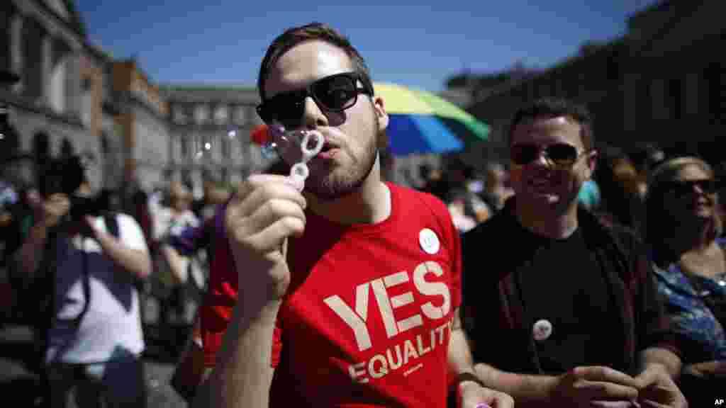 Pendukung pernikahan sesama jenis menunggu hasil akhir referendum di Kastil Dublin, Irlandia (23/5). (AP/Peter Morrison)