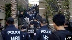Petugas keamanan federal menggerebek kompleks apartemen mewah yang dilaporkan sebagai tempat wisata melahirkan, di Irvine, Calif., 3 Maret 2015. Banyak perempuan Rusia dan China pergi ke AS untuk melahirkan agar bayinya mendapat paspor AS.