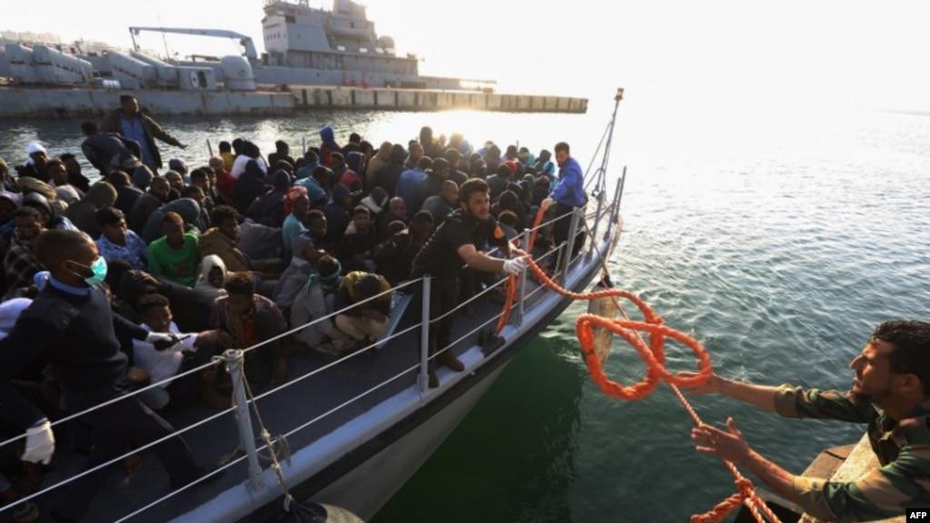 Des migrants illégaux arrivent à la base navale de Tripoli, en Libye, le 22 avril 2018.
