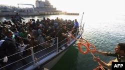 Des migrants arrivent à la base navale de Tripoli, en Libye, le 22 avril 2018.