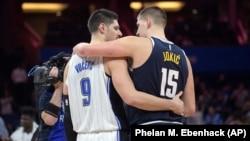Zagrljaj dvojice Nikola - Jokića i Vučevića, posle utakmice Orlando - Denver na Floridi (Foto: AP/Phelan M. Ebenhack)