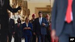 马杜罗抵达总统府记者会现场。(2020年3月26日)