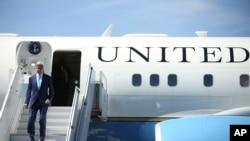 Le secrétaire d'Etat John Kerry au sortir de son avion, à l'aéroport de Djibouti, le 6 mai 2015. (AP Photo/Andrew Harnik, Pool)