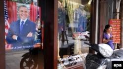 越南河內一名婦女在歡迎奧巴馬訪問的海報附近路過