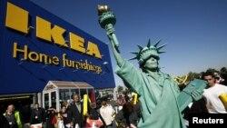 Una mujer disfrazada de la Estatua de la Libertad frente a una tienda de Ikea en Nueva York. Ikea podría haber utilizado mano de obra de prisioneros políticos cubanos en la fabricación de sus muebles, en los años 80.
