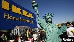 Una mujer disfrazada de Estatua de la Libertad frente a una tienda de Ikea en Nueva York. Ikea podría haber utilizado mano de obra de prisioneros políticos cubanos en la fabricación de sus muebles, en los años 80.