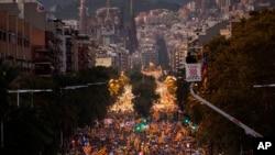 Con la iglesia de la Sagrada Familia de fondo, decenas de miles de manifestantes marchan durante una llamada de protesta por la liberación de los políticos catalanes encarcelados. Barcelona, España, 11 de noviembre de 2017.
