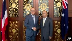Ngoại trưởng Australia Bob Carr (trái) và Ngoại trưởng Thái Lan Surapong Tovichakchaikul họp tại Bộ Ngoại giao Thái ở Bangkok, 21/2/13 (AP Photo/Sakchai Lalit)