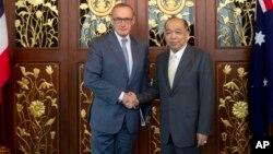 Menteri Luar Negeri Australia Bob Carr, kiri, bersama Menteri Luar Negeri Thailand Surapong Tovichakchaikul dalam pertemuan di Kementrian Luar Negeri di Bangkok (foto, 21/2/2013).