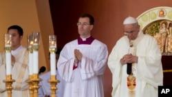 教宗方濟各(右)在黎剎公園舉行彌撒