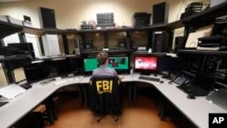 Mfanyakazi wa FBI akiwa katika ofisi za uchunguzi wa mitandao. Kwa kawaida zaidi ya wafanyakazi 20 hufanya kazi katika maabara hayo ya usalama wa mitandao yaliyoko makao makuu ya FBI, Louisiana, Marekani.