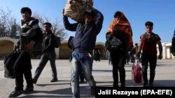 Arhiv - Afganistanske izbjeglice se vraćaju u Afganistan nakon deportacije iz Irana