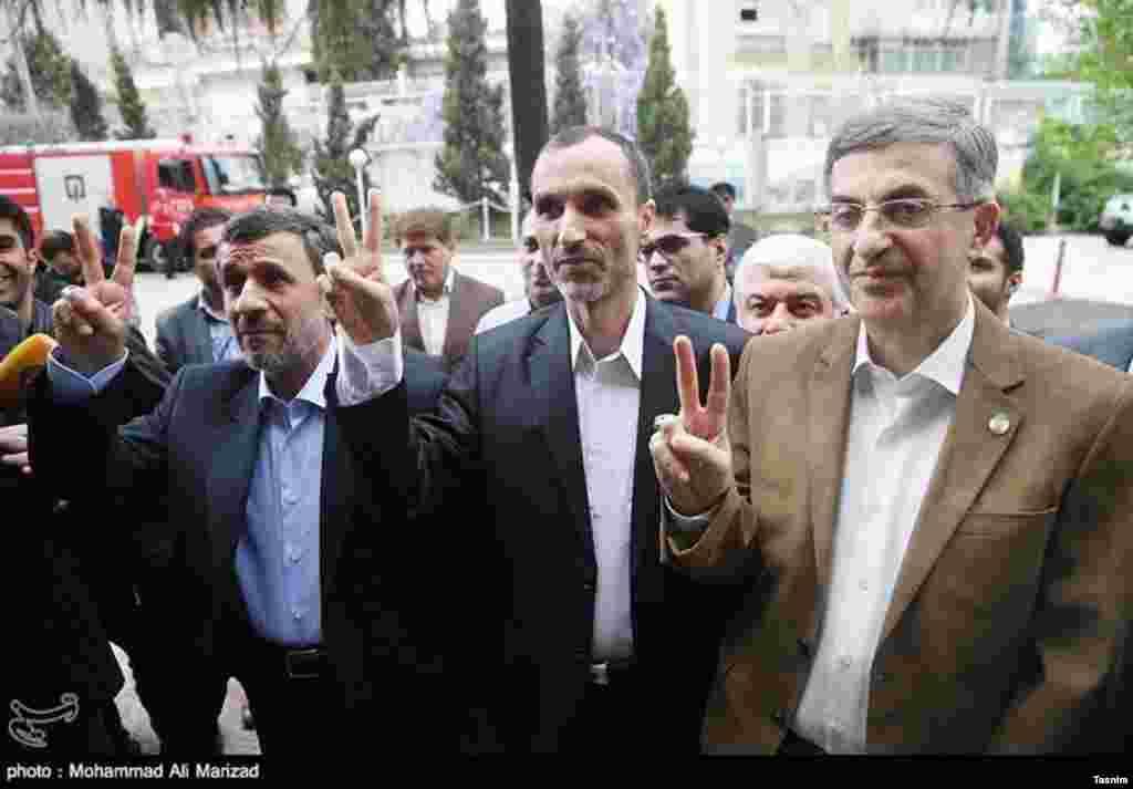 ژست احمدی نژادی ها؛ دومین روز ثبت نام نامزدهای انتخابات ریاست جمهوری عکس: محمدعلی مریزاد