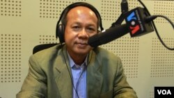 "Ok Serei Sopheak, a Cambodian governance specialist, on ""Hello VOA Good Governance"" show in Phnom Penh, Monday, November 23, 2015. (Lim Sothy/VOA Khmer)"