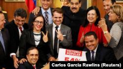 El presidente venezolano, Nicolás Maduro, posa para una foto con gobernadores electos en el Palacio de Miraflores en Caracas. 17 de octubre de 2017.