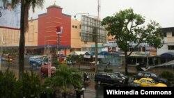 Jalanan di kota Padang, Sumatera Barat (foto: dok). Sungai Lubuk Kilangan dan Sungai Batang Kuranji meluap di Padang Selasa malam (24/7) mengakibatkan ratusan KK yang tinggal dekat lokasi sungai mengungsi.