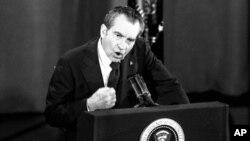 1974년 3월 리처드 닉슨 당시 미국 대통령이 텔레비전으로 중계된 문답 도중 주먹으로 연단을 내리치고 있다.