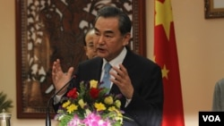 Wang Yi, Minister of Foreign Affairs of the People's Republic of China talks to press during an official talk with Prak Sokhonn, Minister of Ministry of Foreign Affairs and International Cooperation on Friday 22th, April 2016 in Phnom Penh. ( Leng Len/VOA Khmer)