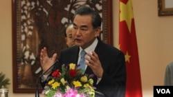 中國外長王毅4月22日訪問柬埔寨時在記者會上發表講話(美國之音高棉語組攝)