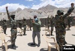 Perdana Menteri Narendra Modi berbincang dengan para tentara saat mengunjungi Ladakh, di kawasan Himalaya, 3 Juli 2020.