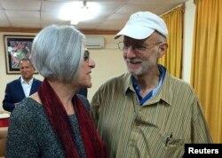 Alan Gross (R) speaks with his wife Judy shortly before leaving Havana, Dec. 17, 2014, in this photo tweeted by U.S. Sen. Jeff Flake (R-AZ).