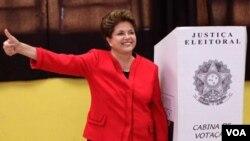 """Al reanudar su campaña electoral, Rousseff dijo que está sufriendo """"en la piel una de las campañas más calumniosas""""."""