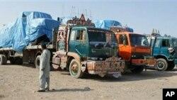 巴基斯坦封锁北约补给线车辆运输