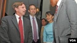 Utusan Khusus AS untuk Burma, Derek Mitchell (kiri), Wamenlu Urusan HAM, Demokrasi dan Hak Buruh, Michael Posner (tengah) dan Aung San Suu Kyi di rumah tokoh Burma tersebut di Rangoon, Jumat (4/11).