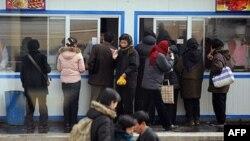 Dân Bắc Triều Tiên xếp hàng chờ lãnh thực phẩm tại Bình Nhưỡng
