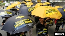 10月2日,香港抗议者冒雨聚集在中联办外面,要求实现真正的普选。