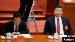 資料照:中共總書記習近平和前總書記胡錦濤出席黨代會閉幕式。 (2017年10月24日)
