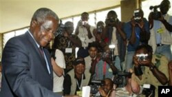 Afonso Dhlakama, líder da Renamo, a votar (Arquivo)