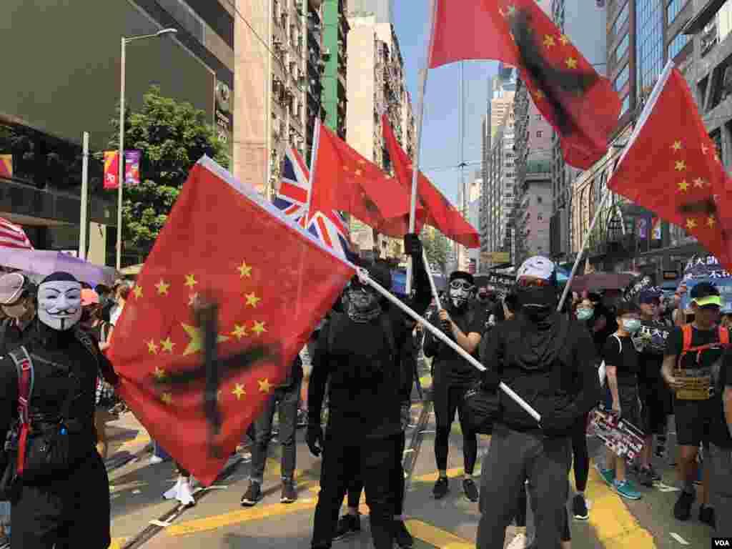 """示威者在""""国殇""""游行期间举着""""赤纳粹""""旗。(2019年10月1日)"""