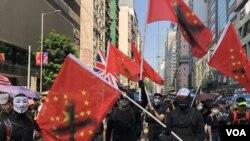 有示威者在香港10-1國殤大遊行揮舞反赤納粹旗。(攝影: 美國之音湯惠芸)