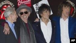 Dari kiri ke kanan: Charlie Watts, Keith Richards, Ron Woods dan Mick Jagger dari Rolling Stones berfoto di London beberapa waktu yang lalu. (Foto: Dok)