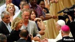 La star britannique Sting et sa femme Trudie Styler saluent le Pape Francois durant l'audience générale dans la salle Paul VI au Vatican.