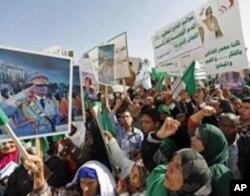 Masu goyon bayan gwamnati a Libya dauek da hotunan shugaba Muammar Gaddafi
