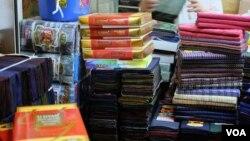Quầy hàng bán longyi của ông Maung Maung. (Steve Herman/VOA News)