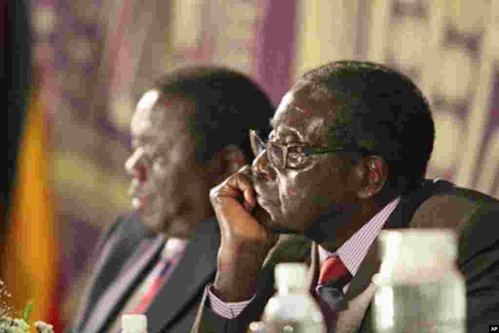 Zimbabwean President Robert Mugabe (r) with Prime Minister Morgan Tsvangirai in Harare, Nov. 11, 2011.