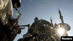 9 Temmuz 2005 - New Wave Brass grubu 12'nci Uluslararası İstanbul Caz Festivali'nde Ortaköy'de sokak konseri verirken