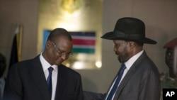 Le vice-président sud-soudanais Taban Deng Gai, à gauche, parle avec le président Salva Kiir, à droite, dans le palais présidentiel à Juba, Soudan du sud, le 26 juillet 2016.