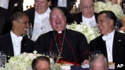 Presiden Obama (kiri) dan Kandidat Presiden Partai Republik, Mitt Romney (kanan) tertawa bersama Kardinal Timothy Dolan (tengah) dalam acara jamuan makan malam dan penggalangan dana Alfred.Smith di New York (18/10).