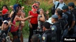Familiares choram morte de familiares no Complexo Penitenciário Anísio Jobim, no Amazonas